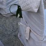 Una wedding bag creata con una foglia di banano