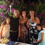 Sulla terrazza marinalonga le sorelle Claudia e Simona Castronovo con l'amica Daria Dalia