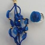 anello e bracciale realizzati con bottiglie di plastica blu
