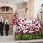 Sasha Vinci e Maria Grazia Galesi - Cosa Vedi? ( 2013) performance urbana città di Scicli
