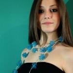 Rossella Palermo indossa Siria Eco Design_Mare d'agosto collana con bottiglia di plastica azzurra