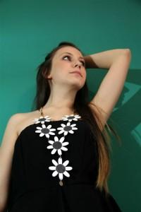 Rossella Palermo indossa Siria Eco Design_Primavera con sacchetti di plastica neri e bianchi
