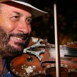 Inaugura la piscina del Circolo artistico con le note del violinista pazzo per il cinema
