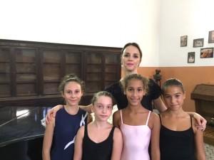 da sinistra Giulia Randazzo 12, Federica Farina 11, Sabrina Wahbi 11, Sofia Bologna 12 con la ballerina Soimita Lupu