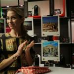 Eleonora Abbagnato, alle sue spalle la mostra fotografica