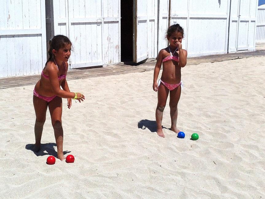 Bambini che giocano sulla spiaggia di Mondello