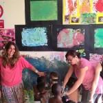 Bimbi di varie etnie dipingono la scuola materna ispirandosi ai grandi pittori