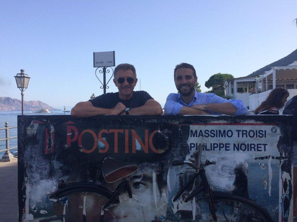 Ezio Greggio e Massimiliano Cavaleri dietro la scultura di Antonello Arena dedicata a Troisi