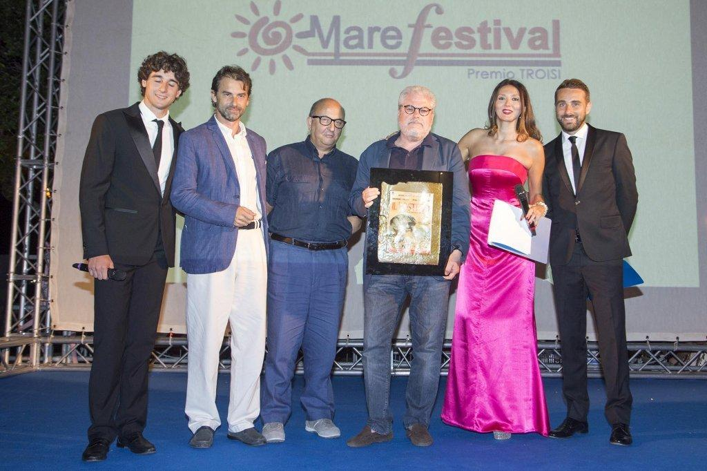 Il regista Roberto Ando al centro con il Premio Troisi