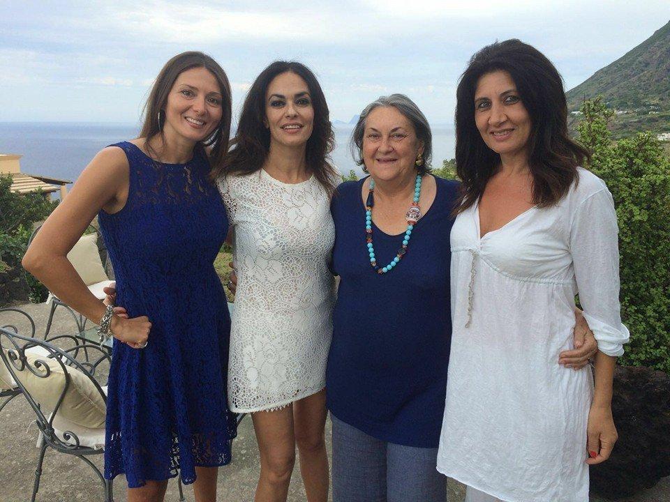 In un momento di pausa   Nadia La Malfa, Maria Grazia Cucinotta e Patrizia Gangi,e Clara Rametta