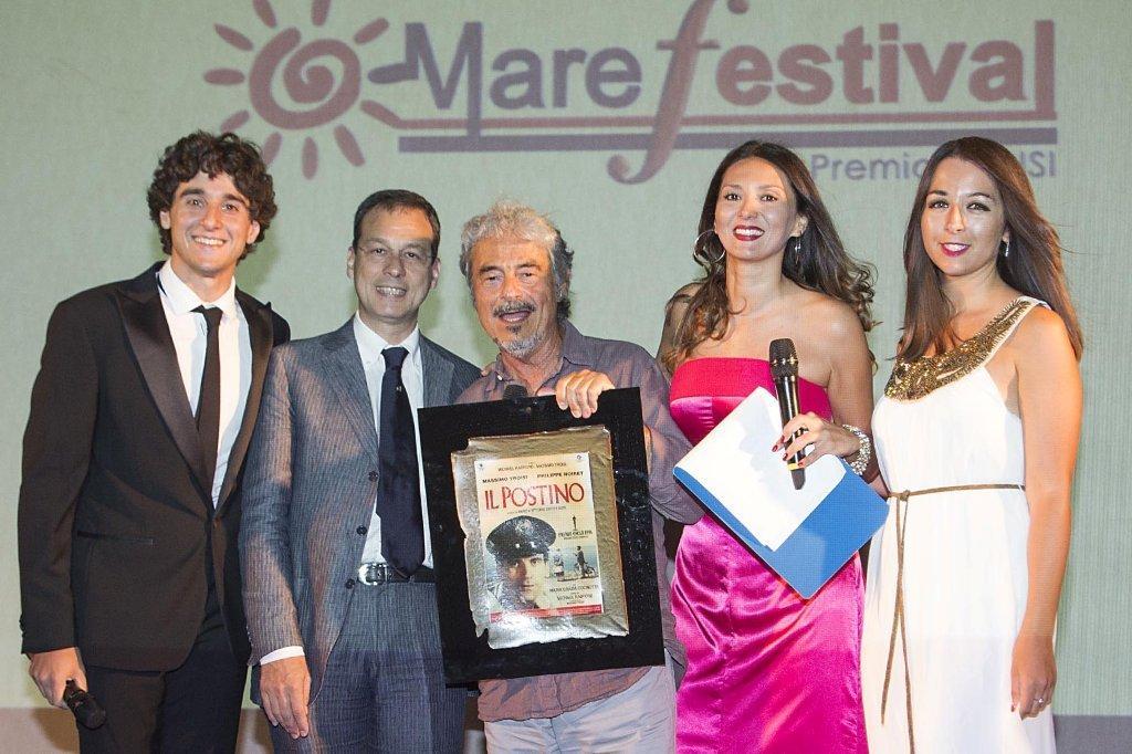 Massimo Dapporto ritira il Premio Troisi, accanto a lui Giuseppe Lupo
