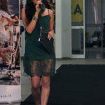 La presentatrice Tecla Perrone indossa un abito scelto da Gianfilippo Abbigliamento e accessori
