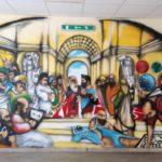 Il murales di Davide Furìa che reinterpreta l'affresco della Scuola di Atene, opera cinquecentesca del maestro Raffaello Sanzio a cui è dedicata la scuola
