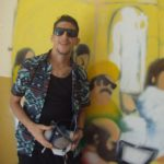 Davide Furìa davanti al murales della scuola Raffaello Sanzio
