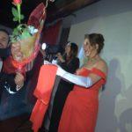 Il piccolo Aurelio porta una rosa alla mamma
