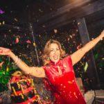 Red e mascherine per Maria Pia Di Gaudio è festa, alla Cuba