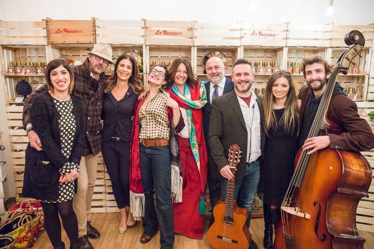 Lo staff e gli ideatori de La Vucciria con la band Angelo Daddelli e i Picciotti