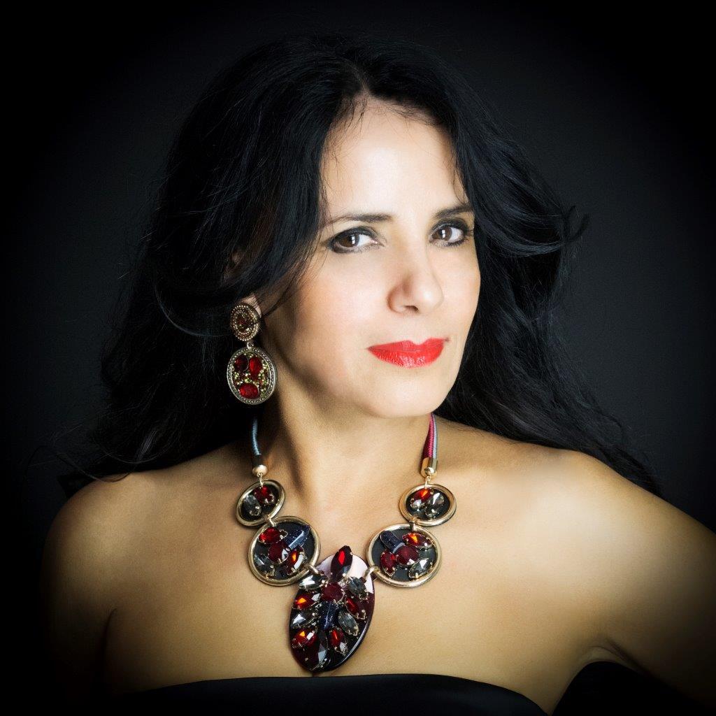 """La danzatrice e coreografa di danza orientali Sabah Benziadi indossa un collier rosso """"come il Natae, la passione e l'amore"""" dice Marzia di Gaetano di Madì creazioni"""