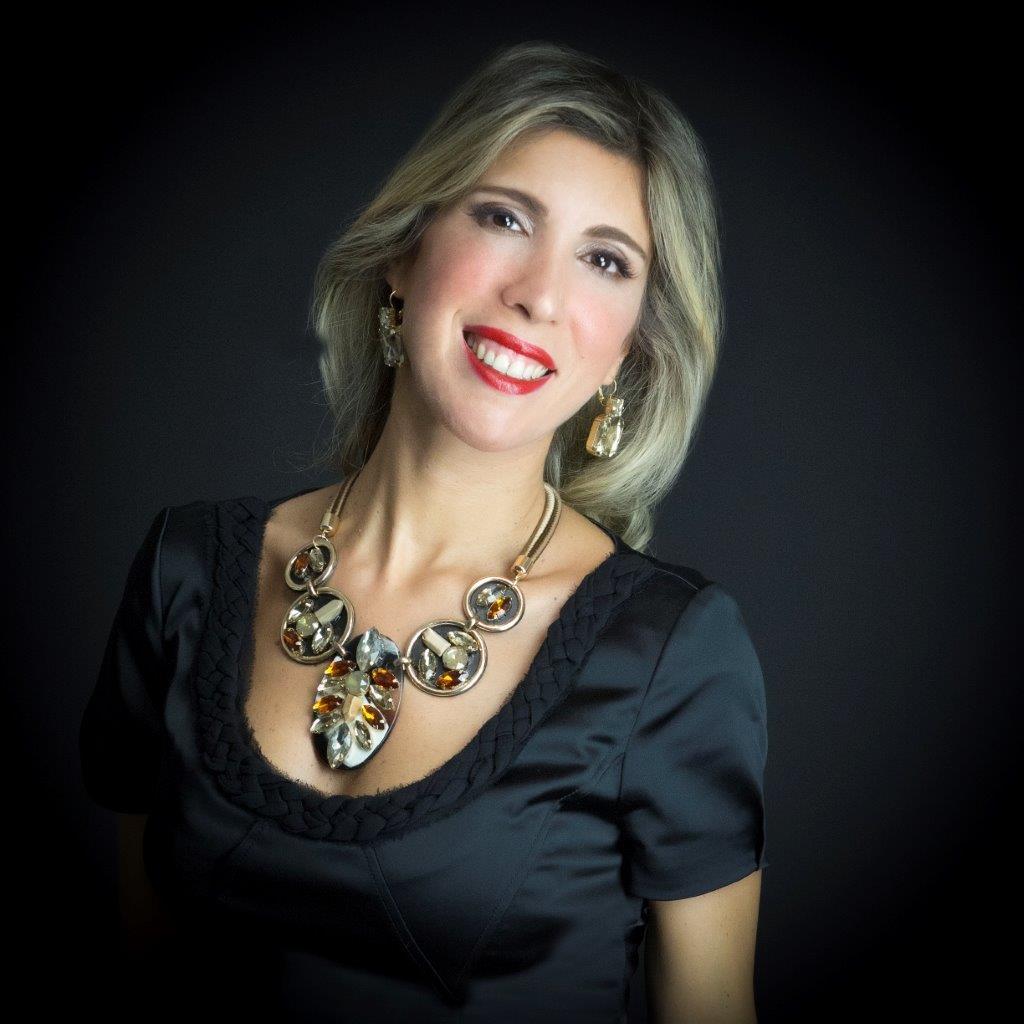 Maria Mazzola indossa una parure anni 80 con maxi pietre color topazio di Madì Creazioni