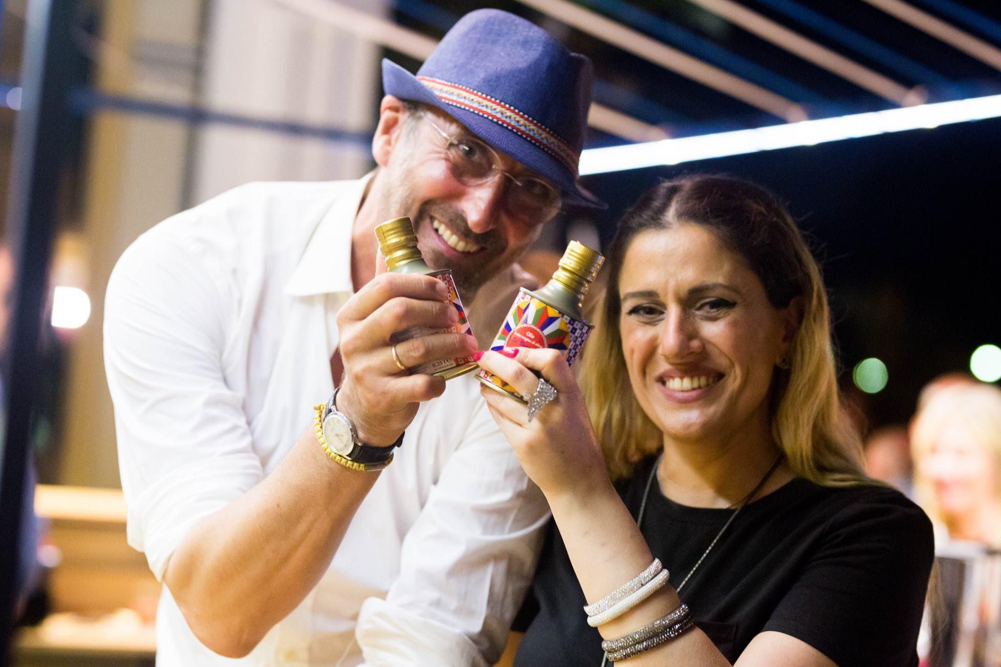 Antonio Di Dio e Raffaella De Rito con gli oli tipi de La Vucciria