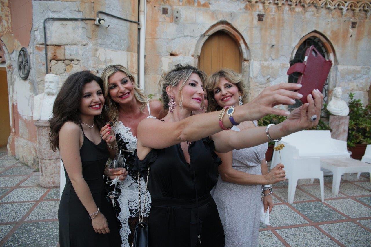 La moglie del festeggiato Silvana Mangano con le sorelle