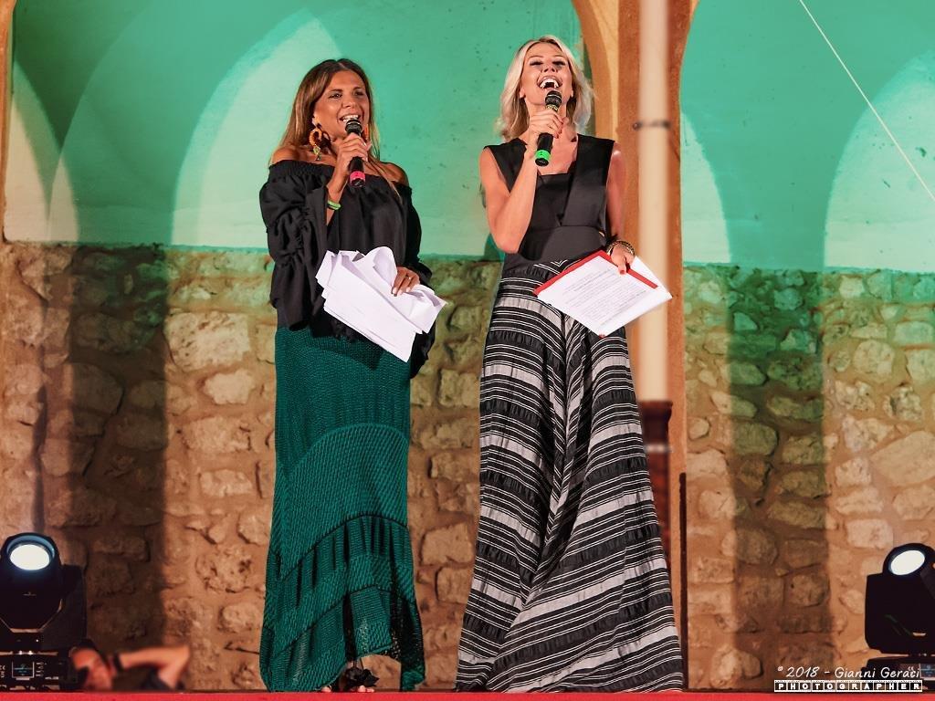 Piana Fashion Night_ (3)_l'organizzatrice Rosi De Simone con la presentatrice Nathaly Caldonazzo