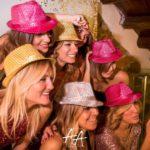 Cappellini glitterati per le ospiti di Stefania