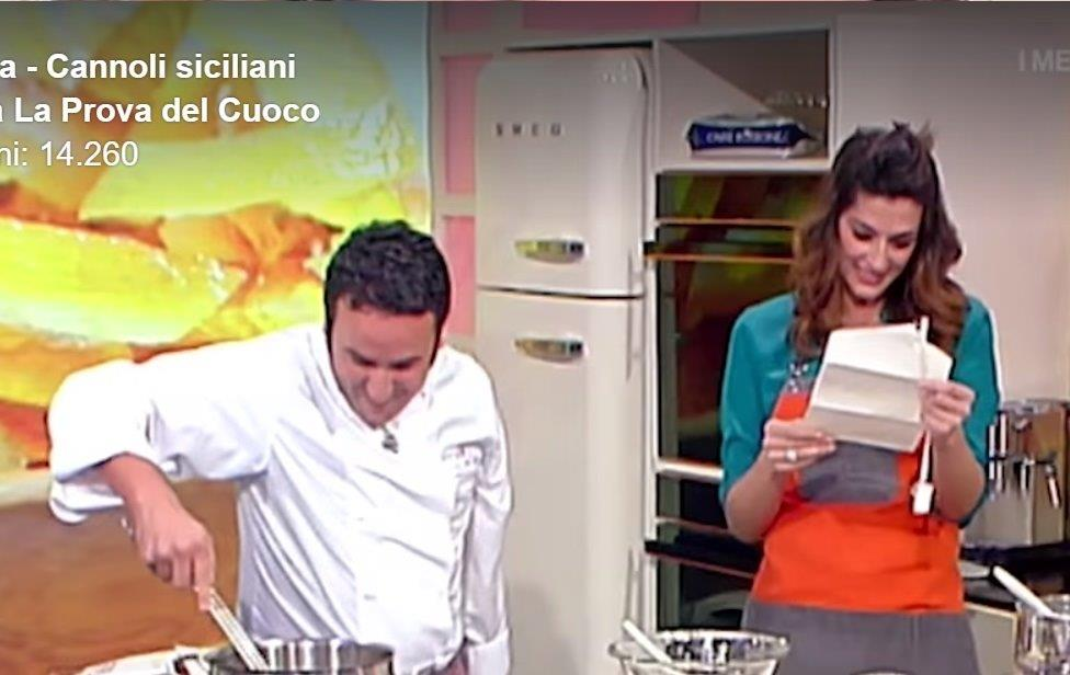 Natale Giunta consegna la sua partecipazione di nozze ad Elisa Isoardi alla Prova del Cuoco