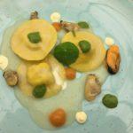 Bottoni ripieni di orata con salsa di conchigliacei, gocce di aglio, olio, peperoncino e prezzemolo