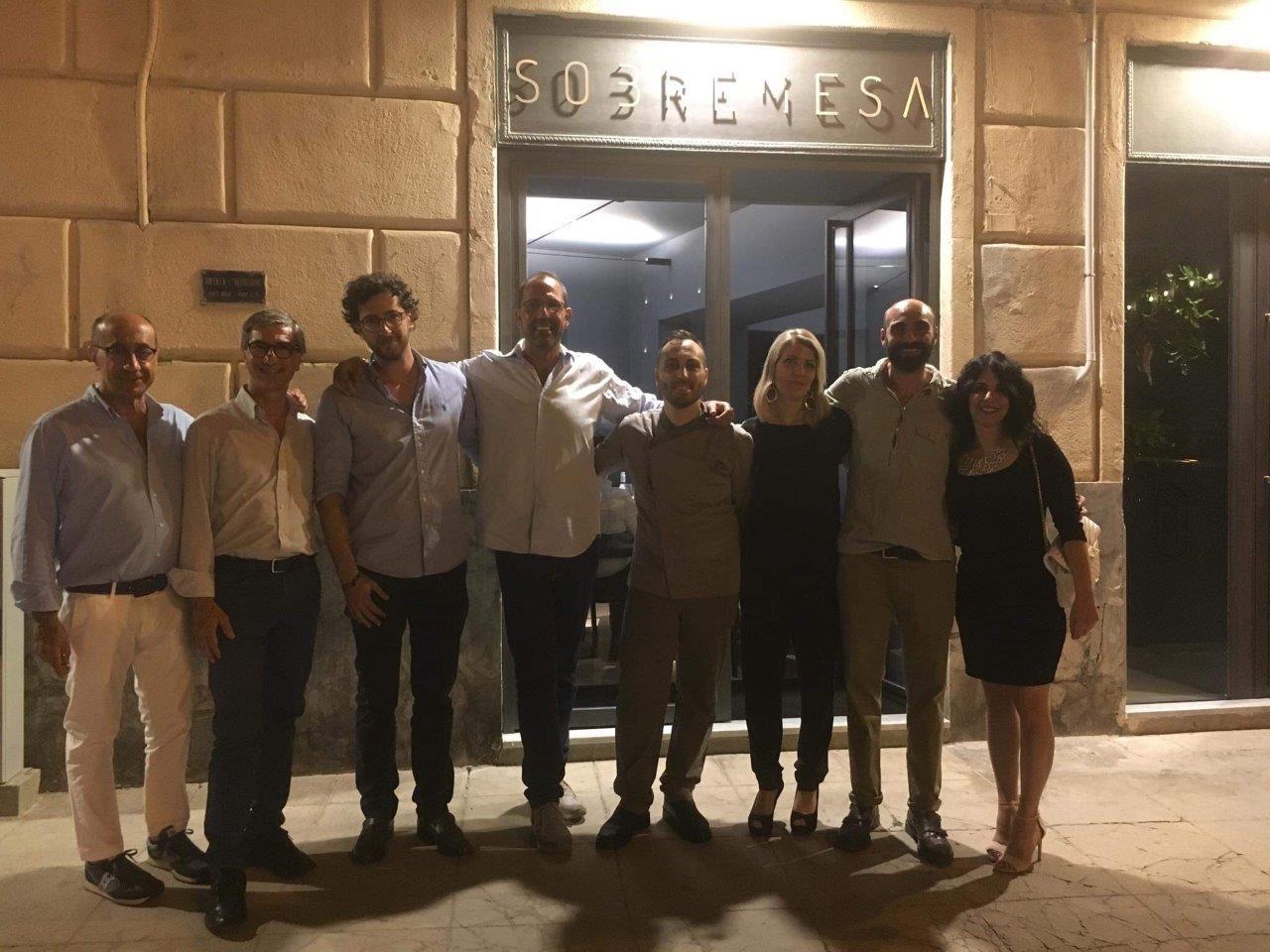 Lo staff di Sobremesa insieme ad alcuni invitati alla presentazione del menu