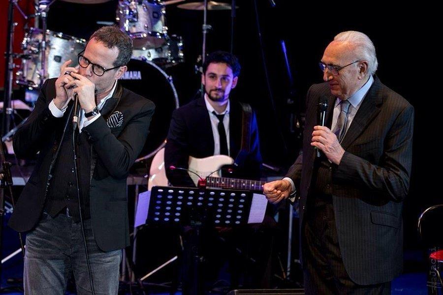 L'armonicista siciliano Giuseppe Milici con Pippo Baudo con la cantante Gaia Gentile