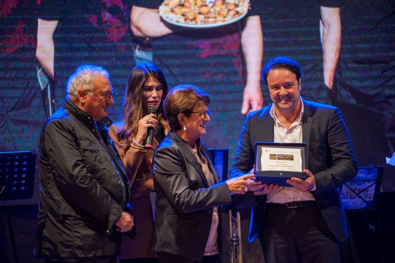 Il premiato Antonio Cottone con Rosanna De Gaetani amministratrice dell'hotel Costa Verde ed Eliana Chiavetta