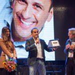 Il premiato Uccio De Santis e i presentatori Eliana Chiavetta e il giornalista Rai Roberto Gueli