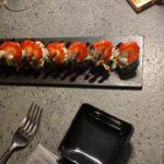 Hossohot, un hosomaki in tempura con Philadelphia, ricoperto di fragole