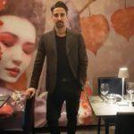 Il proprietario di Aiko Giuseppe Rao davanti al murales Geisha