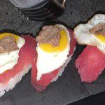 Nigiri al tonno con uova di quaglia e tartufo