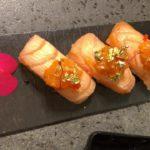 Nigiri especial salmone flambè, tartare di gambero rosso, foglioline d'oro e caviale