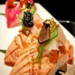 Nigiri especial salmone flambè, tartare di gambero rosso, tartufo, foglioline d'oro e caviale