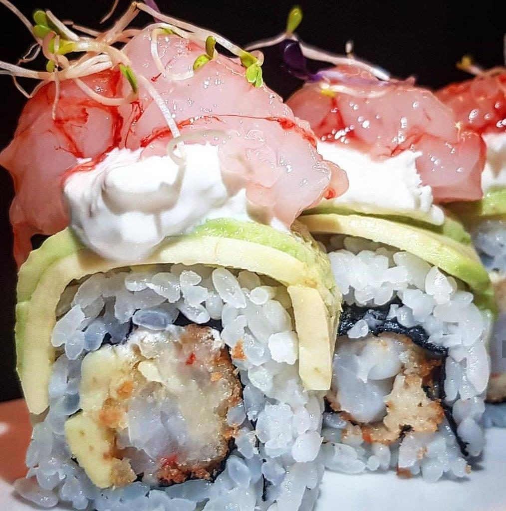 Uramaki stracciatella gambero in tempura, top di avocado, stracciatella, gambero rosso di Mazara e germogli