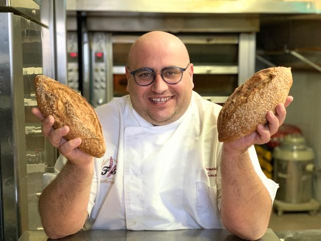 Francesco  Arena con il pane appena sfornato