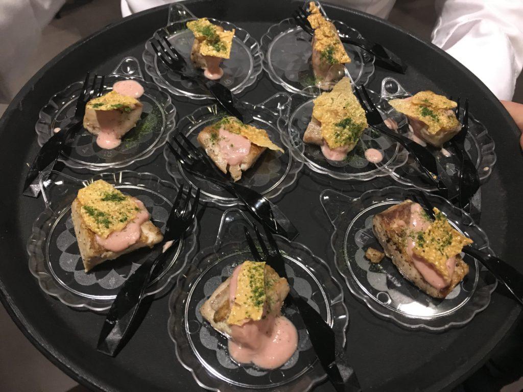 trancio di ricciola scottato alla griglia, cotto sui limoni con una salsa di mortadella,crosta di panelle e polvere di prezzemolo