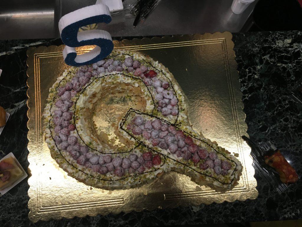 e per concludere, una grande torta a forma di Q con panna, fragoline e crema chantilly
