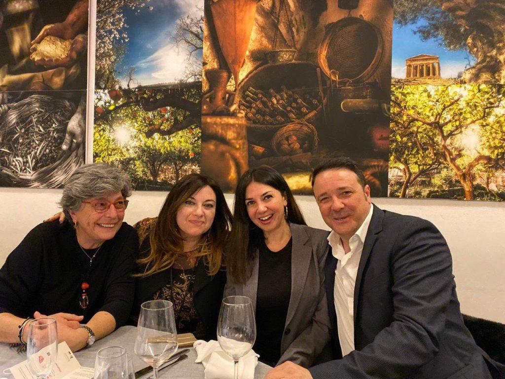 Le food journalist Angela Sciortino, Manuela Zanni e Federica Terrana con Antonio Cottone